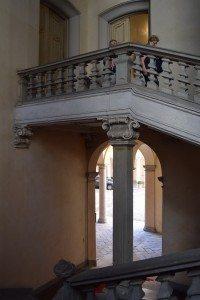 77-le colonne dello scalone si intrecciano con quelle del portico