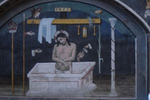 036-Cristo che si alza dal sepolcro con accanto i simboli della passione: la lancia, i dadi, il gallo, i flagelli, la spagna imbevuta di aceto, Pilato si lava le mani, la colonna della flagellazione