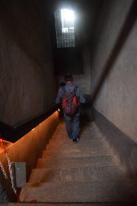 028-iniziano i gradini, per ora in discesa per vedere i sotterranei