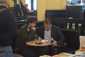 137-lo scrittore Claudio Magris corregge una tesi di laurea