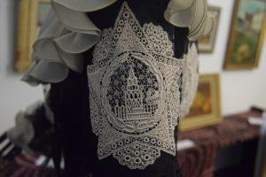 144-Un particolare prezioso di un vestito di Armani: la torre del Cremlino