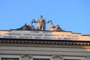 144-Una società di amici, per ingentilire e rallegrare gli animi dei cittadini, raccolto il denaro, hanno consacrato a Melpone e Talia nel 1835